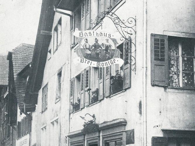 mel_2 Frauen vor altem Haus aus Schmiedg