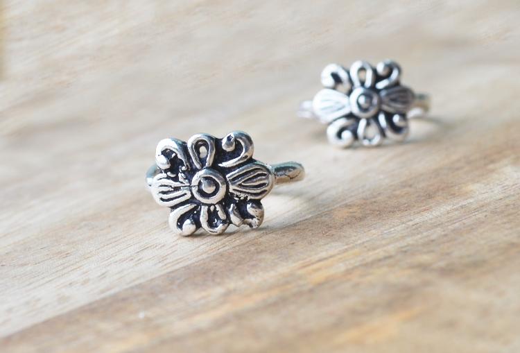 Boxy Flower Toe Rings