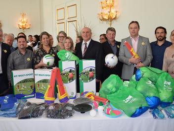 Serginho participa da entrega de materiais esportivos para APAE de Campina