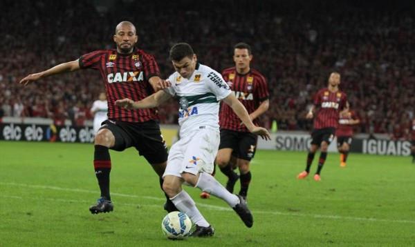 Coritiba controla partida e vence Atletiba no Couto Pereira