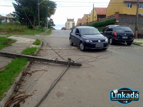 Poste é derrubado em acidente e moradores ficam sem telefone em algumas residências no Jd Paulista.