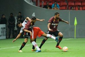 Atlético empata e segue na Sul-Americana e Coxa continua com promoção pra lotar o Couto