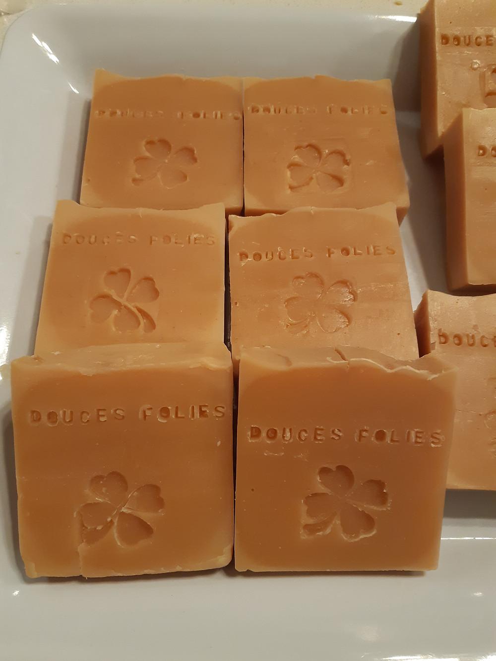 La seule présence d'une fragrance peut foncire le savon. La vanille provoque souvent ce phénomène que l'on retrouve ici.