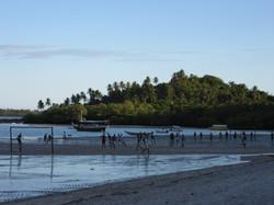 Match de foot à la plage