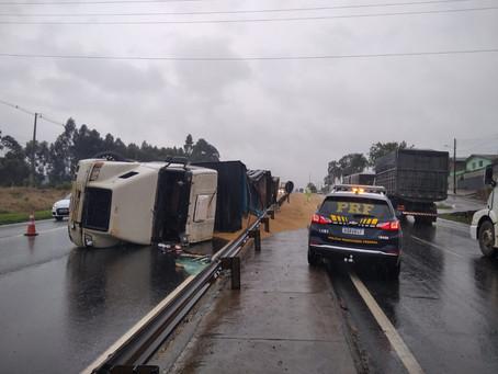 Motorista fica ferido em tombamento de caminhão na BR-376, em Ponta Grossa