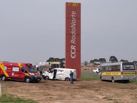 Uma pessoa fica ferida em acidente entre van e ônibus escolar na BR-373, em PG