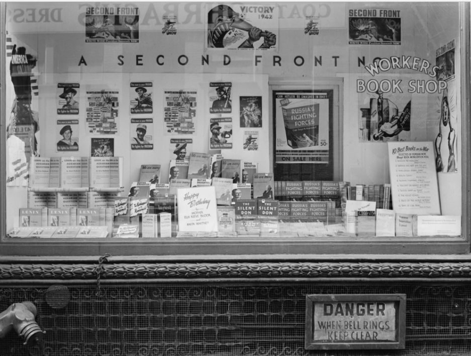 Livraria dos trabalhadores do Partido Comunista dos EUA, na sede da 13ª Rua, em Nova York (1942). Biblioteca do Congresso