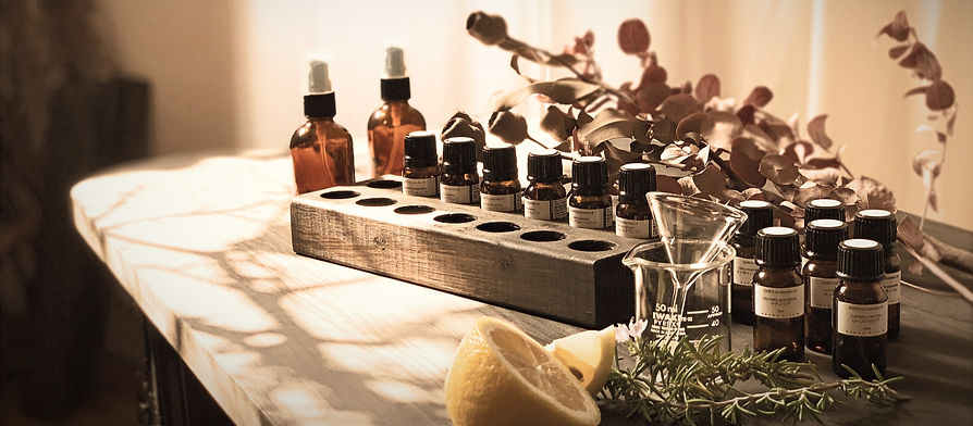 プロデューサーMASASHI TATENOにより  生み出される香りは、イメージが香りによって表現される  長年のヘアメイクの経験からそして独自の感性が組み合わさり  絶妙に柔らかく人の記憶に届ける  自然の香りをそのまま閉じ込めたかのように  ナチュラルな香りを作り上げます