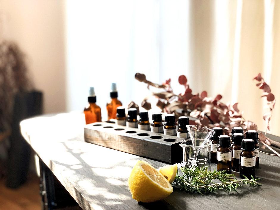 """AROMA VITA+は天然の香りによる記憶へのリンクをテーマに、 イベント、ライブなど音や空間に合わせたイメージからの調香を得意とし、 アロマ空間コーディネーターとしても活動中。 代々木上原のアトリエでは理屈ではなく""""直感""""で調香するアロマワークショップを開催し、 ご自分の好きな香り作りの体験を楽しんで頂いています。giftにもオススメです。"""