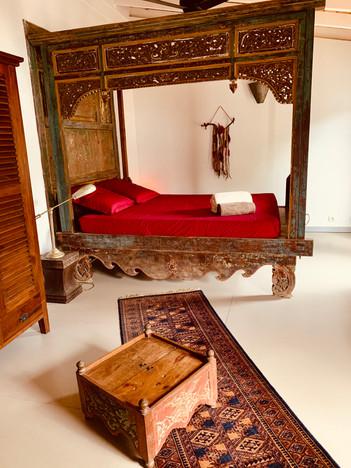 Chambre Kundalini au lit baldaquin indien ancien