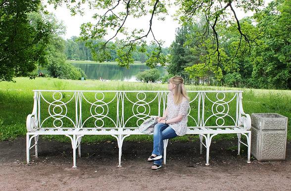 Гаврик Ольга Васильевна сидит в арке на скамейке в Санкт-Петербурге