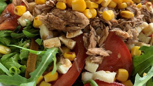 Insalata con tonno, mais e mozzarella