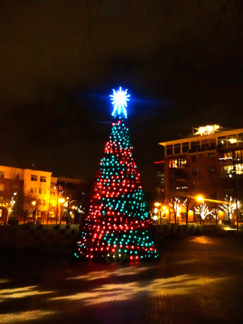 Wandered around Jamison Square after dinner before going home and my promptly passing out midway through Love Actually. Nothing like a hubby who rubs your back every night and makes every day like Christmas :)