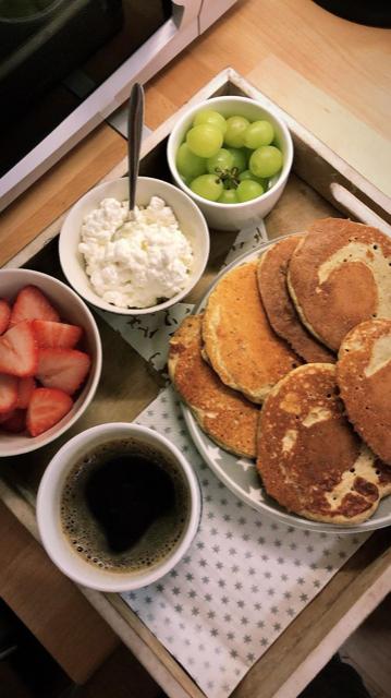 proteinpannekaker eller proteinrike sveler. grønne druer, cottage cheese, jordbær, kaffe. søndagsfrokost