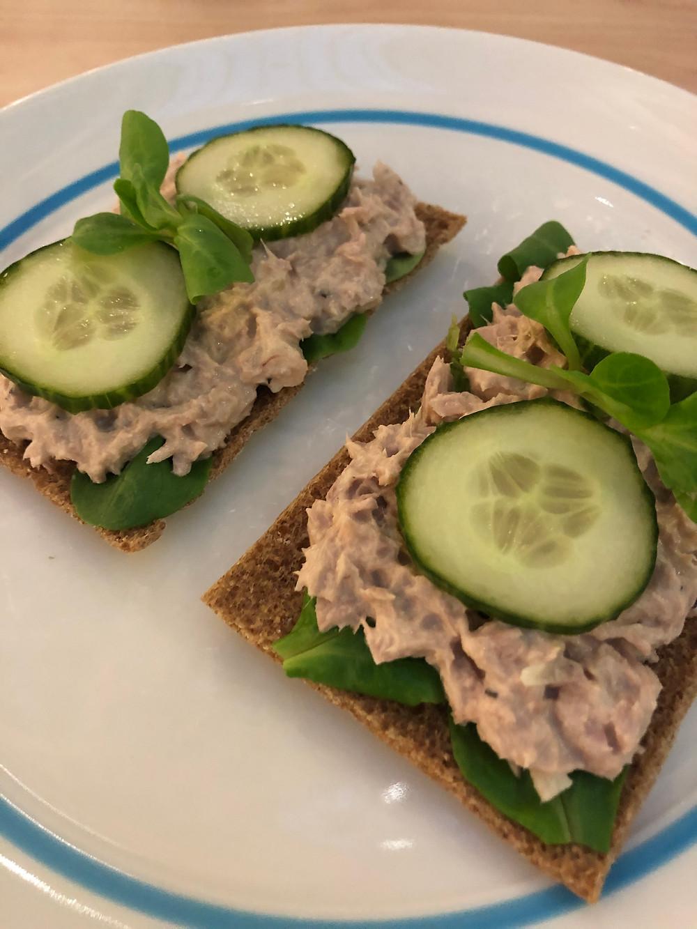 Tunfiskrøre servert på rugsprø med spinat og agurk