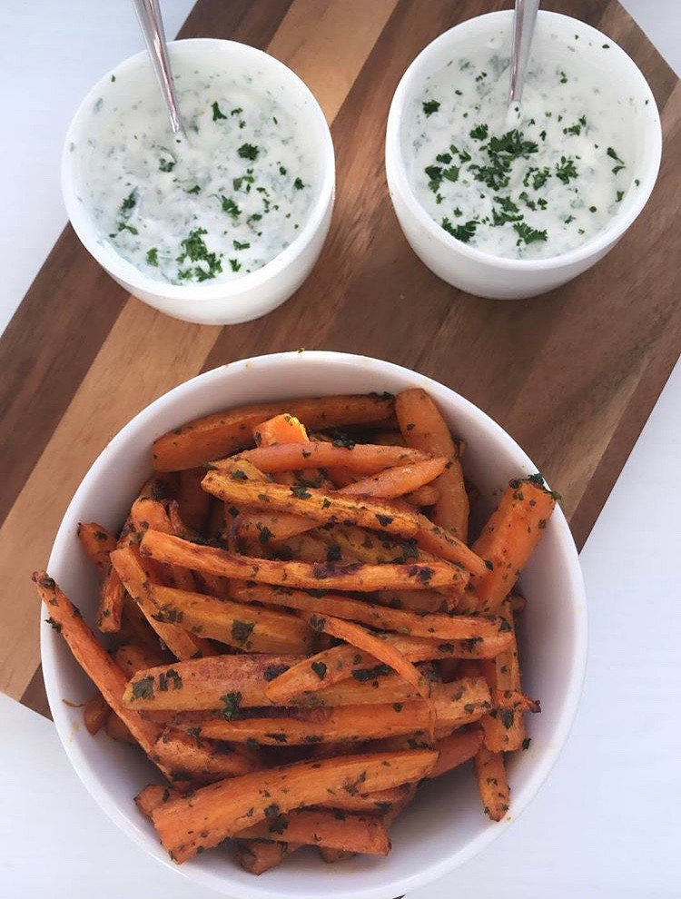 Gulrot chips, carrotfries, kesamdipp med persille
