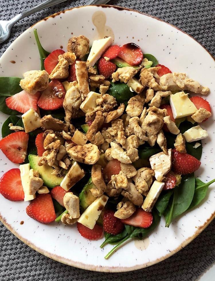 spinat, brie, balsamico, kylling, jordbær, valnøtter, avocado