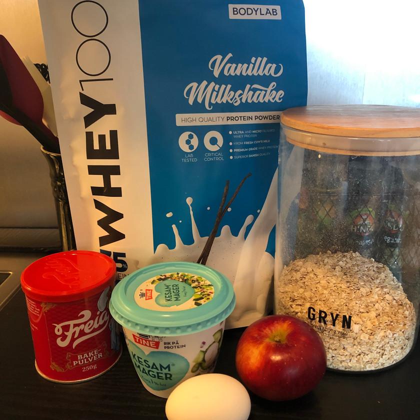 Bodylab vaniljeproteinpulver, havregryn, mager kesam, egg, bakepulver og eple.