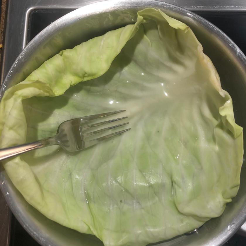 hodekål. kålblad i varmt vann