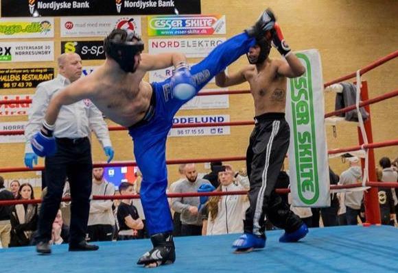 Nickolaj lager spinning hook kick til Danish Open i Kickboxing