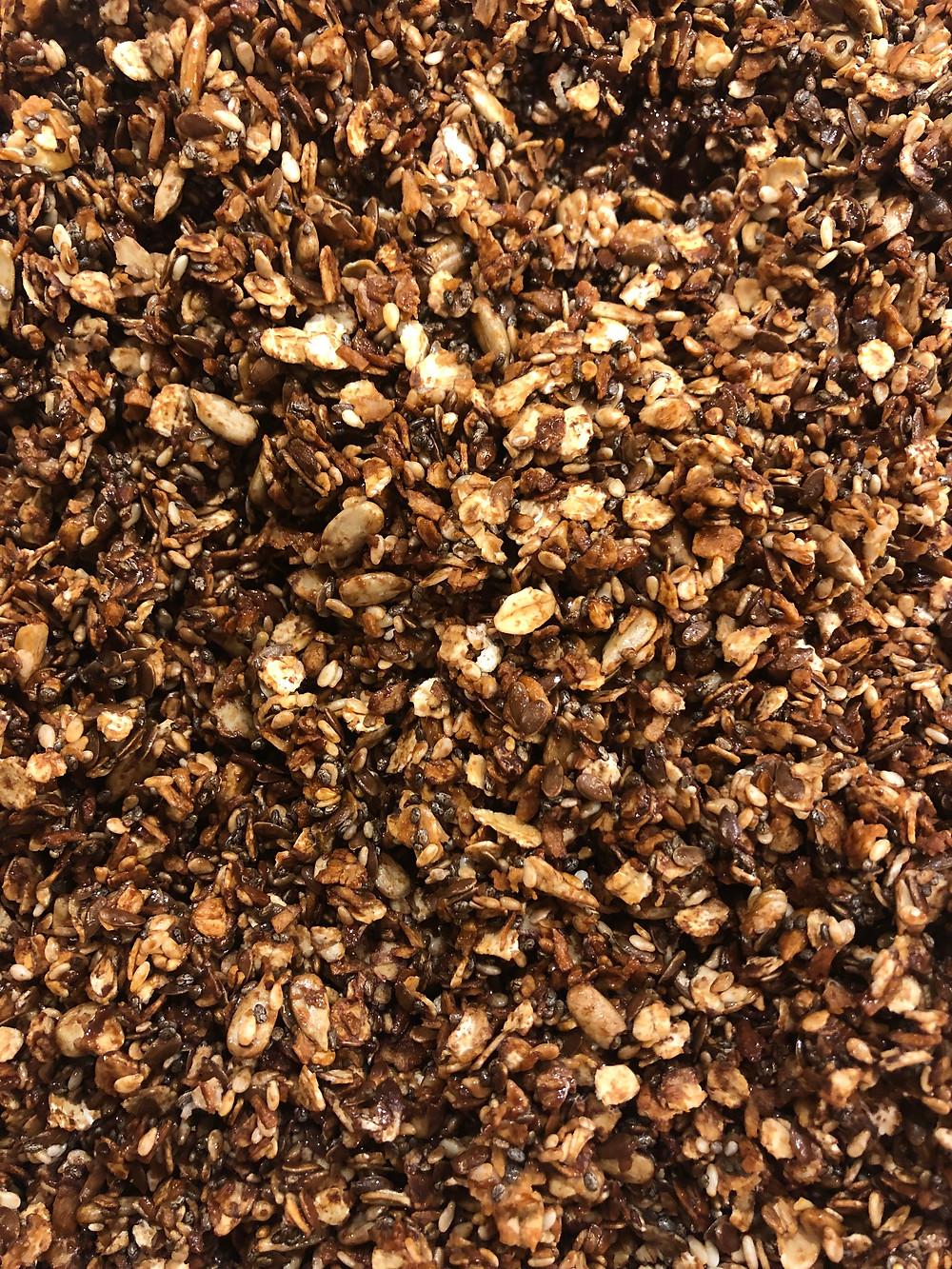 Hjemmelaget granola med havregryn, mørk sjokolade, kokos, chiafrø, sesamfrø, linfrø, honning