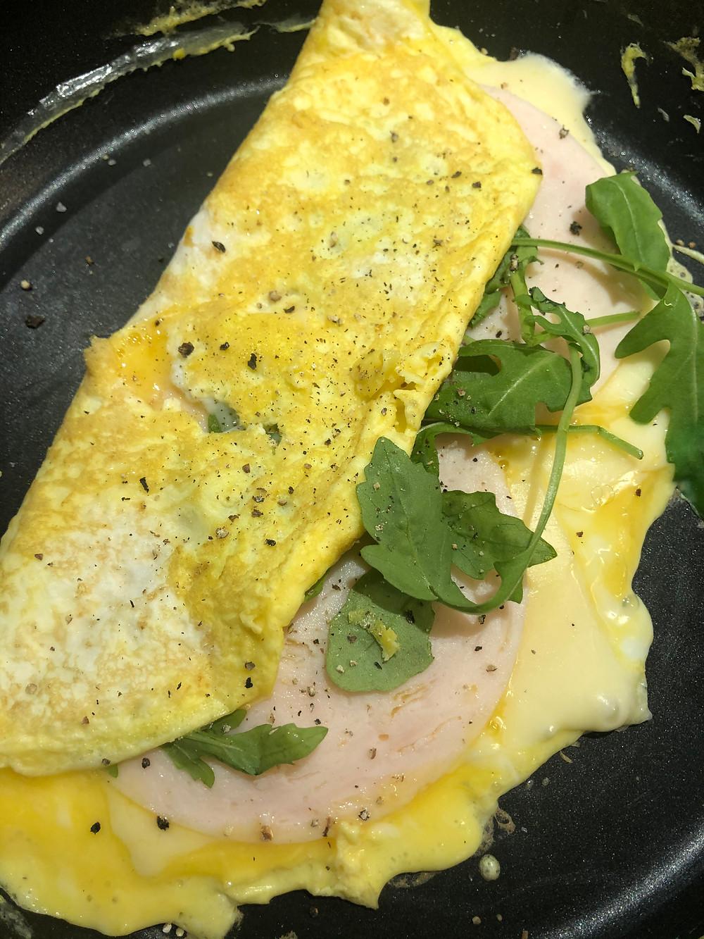 omelett med egg, ost, kyllingfilet pålegg, ruccola