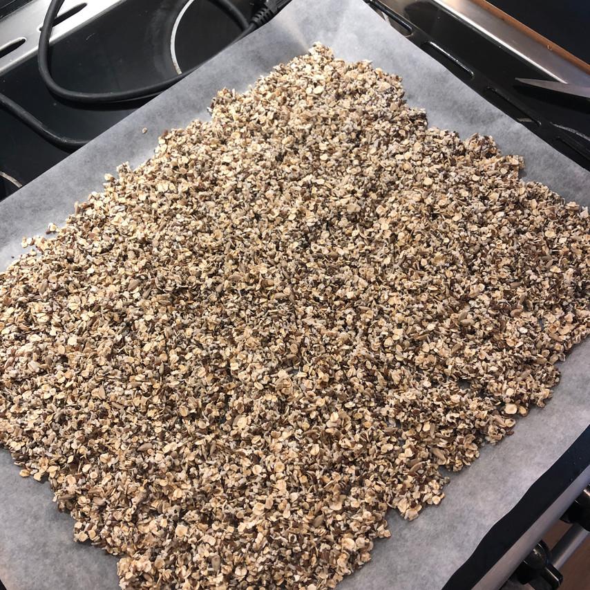 Hjemmelaget granola på bakepapir