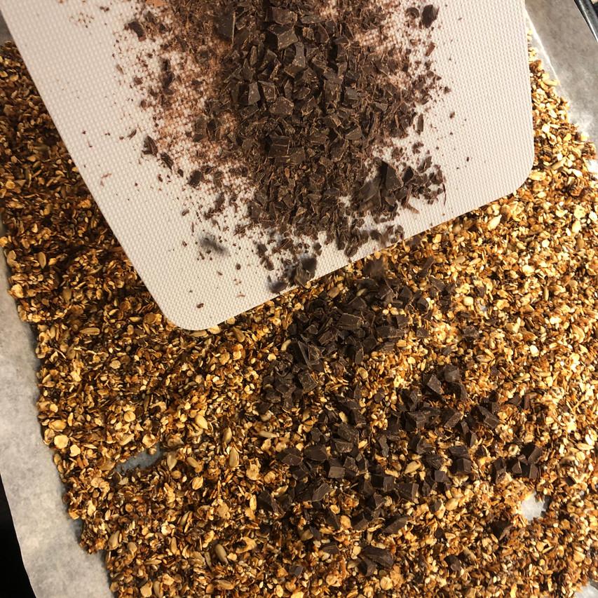 Mørk sjokolade drysset over hjemmelaget granola