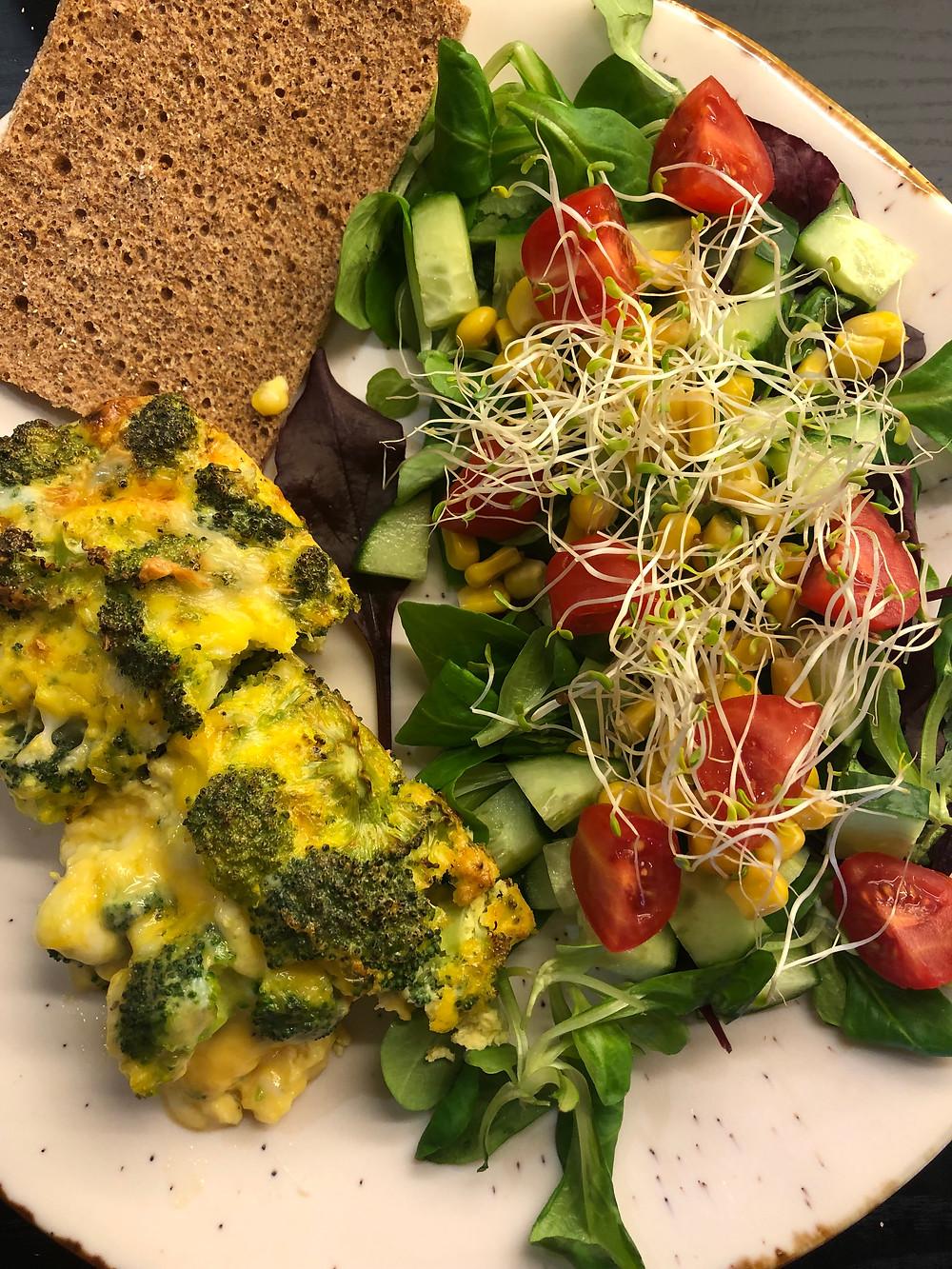 Omelett i form med ost, egg, brokkoli, salt og pepper. Servert med rugsprø knekkebrød og enkel salat