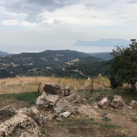 Creta, salendo verso l'Acropoli dorica di Polyrínia.
