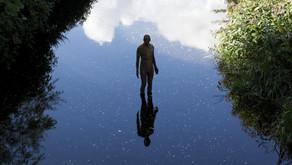 那个站在水里的人- 安东尼·葛姆雷 (Antony Gormley)