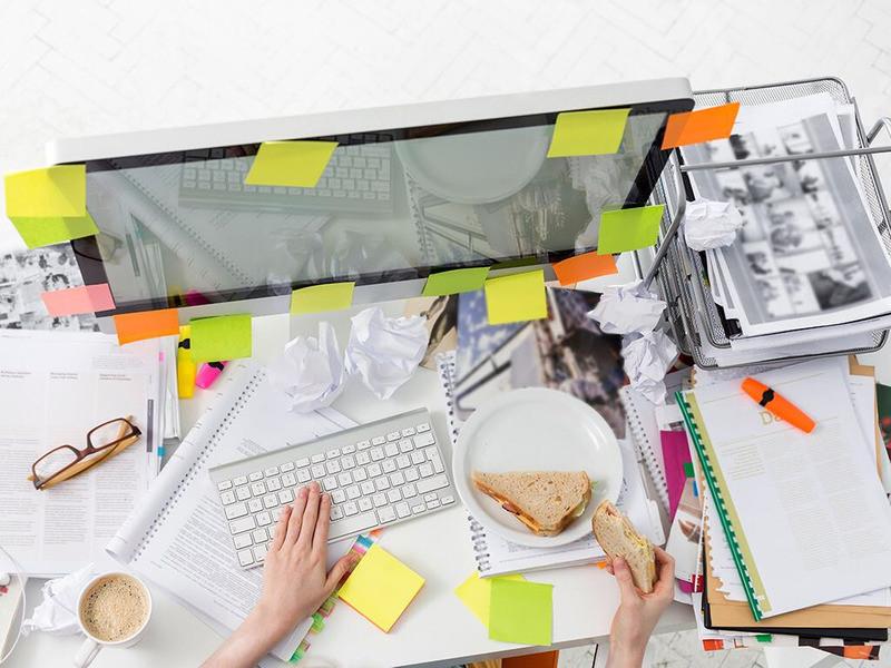 scrivania disordine