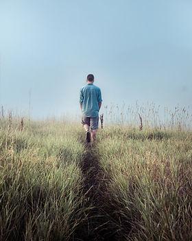 Man Walking in campi