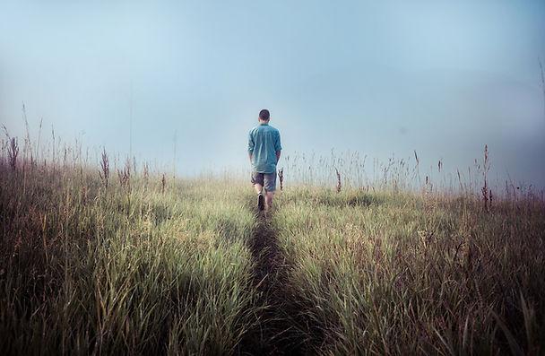 Man Walking dans les champs