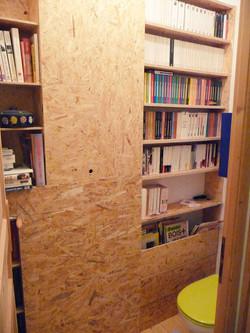 bibliothèque dans toilette