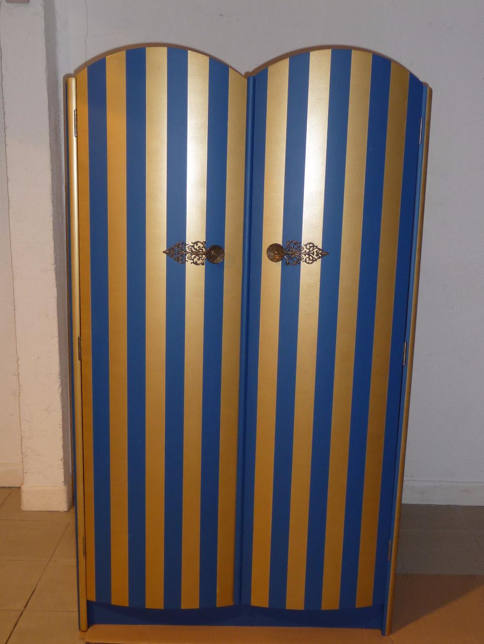 armoire repeinte en rayures dorées