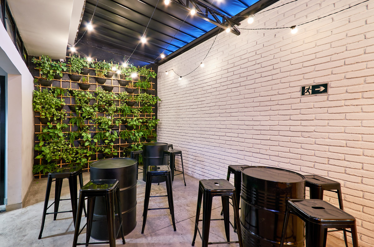 Parede de tijolinho branco rustico, parede verde, piso cimento queimado