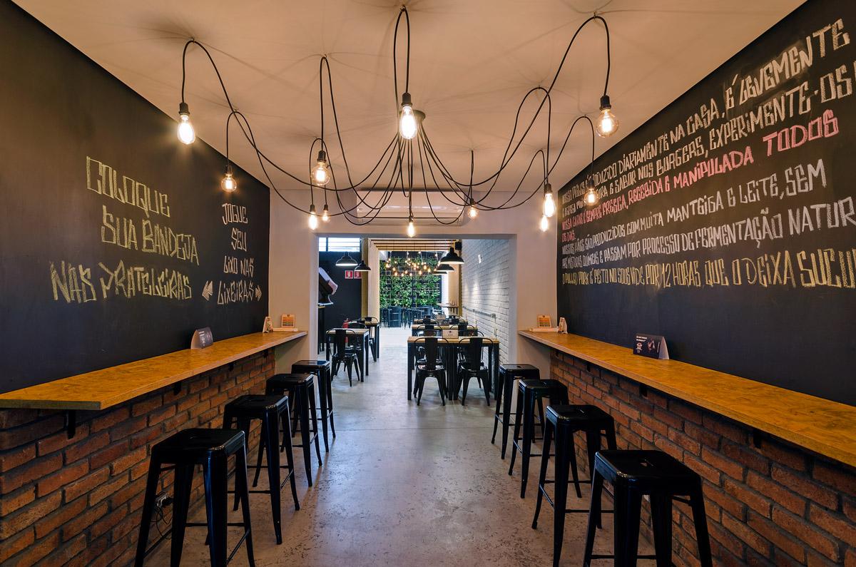 Ideias para hamburgueria, parede lousa e luminária criativa