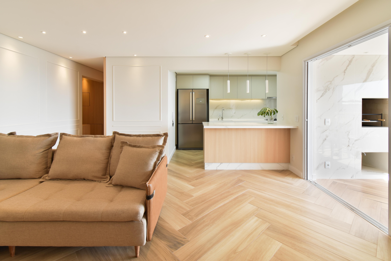 Cozinha Integrada , Ambiente Clean, Escama de Peixe piso de madeira, Ilha cozinha, boiserie