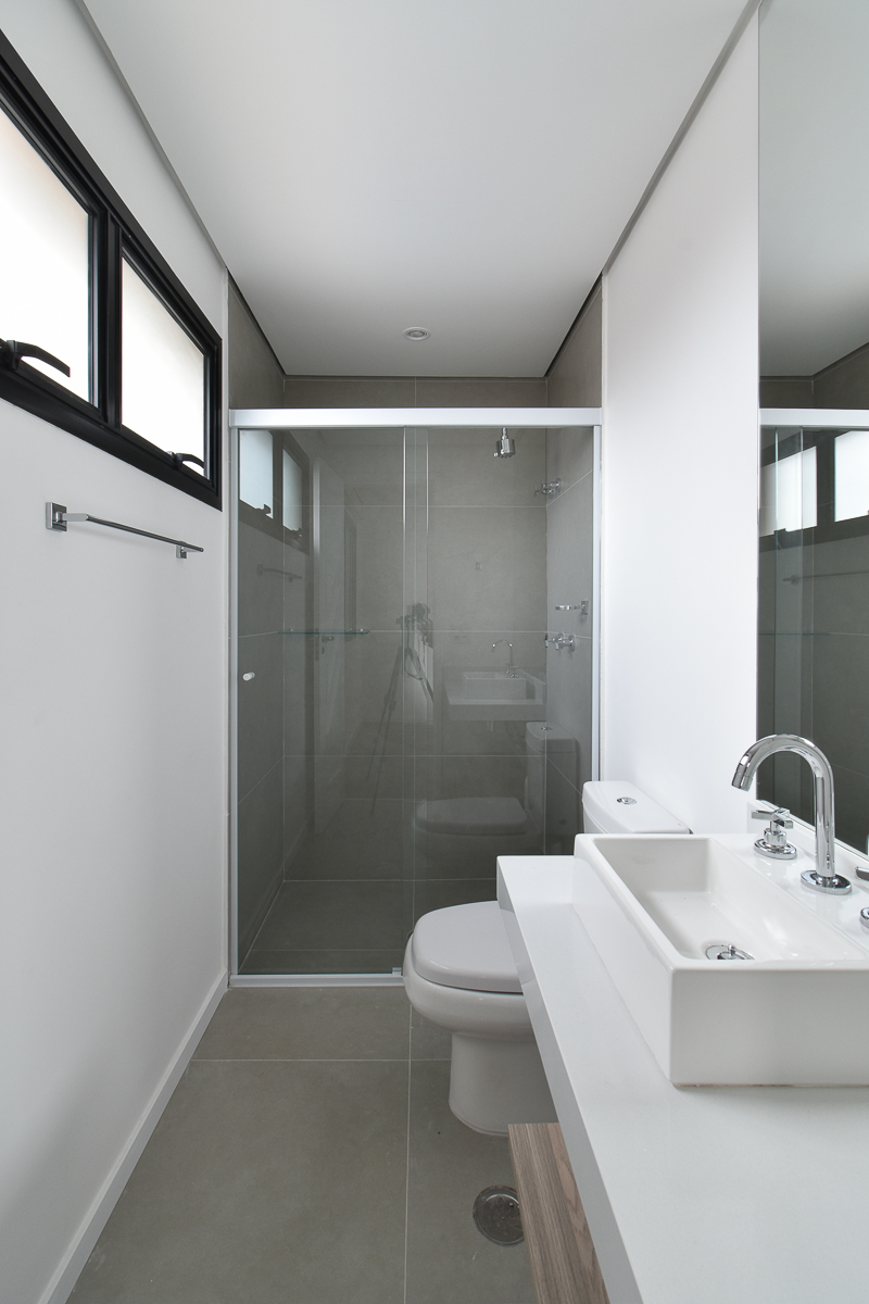 Banheiro clean, com bancada de apoio