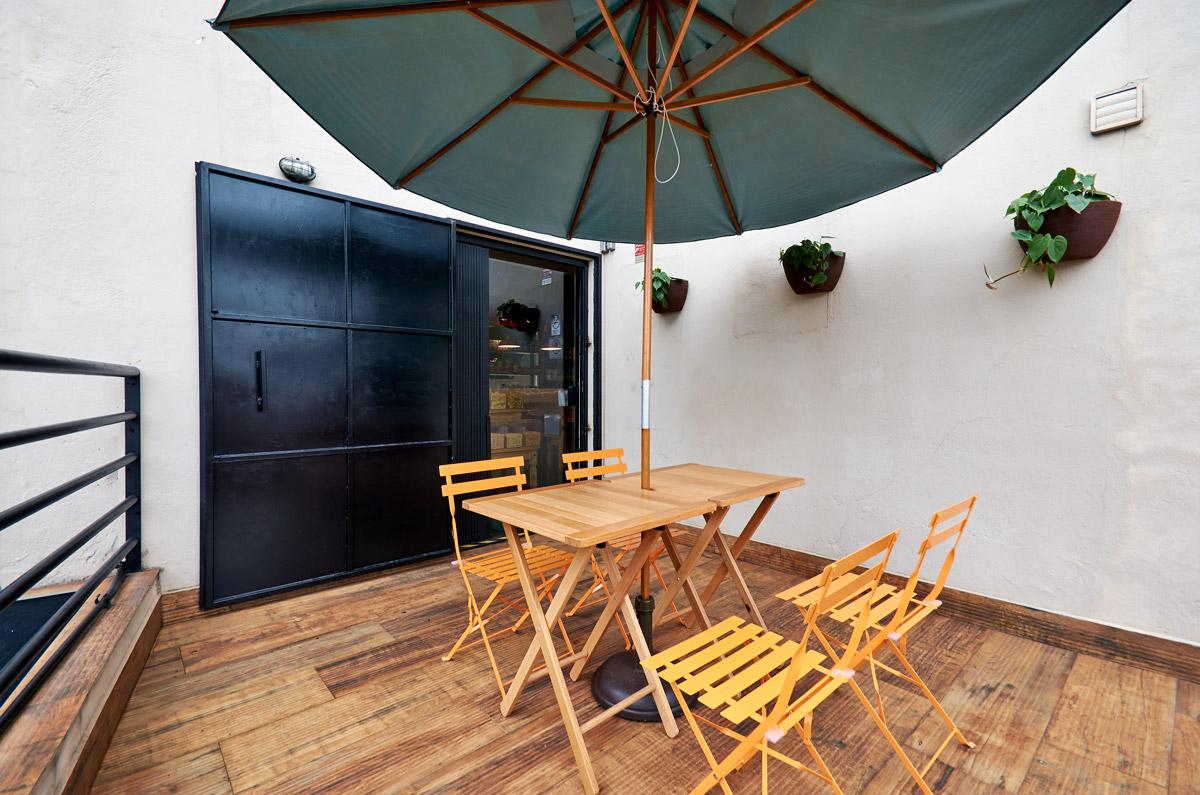 Teto colorido, parede cor terracota, pendente cerâmico, Mobiliário Rustico