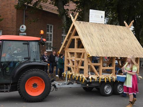 Wagen des Fördervereins beim Landeserntedankfest 2016 in Brüsewitz Werbung für die Sanierung der Scheune