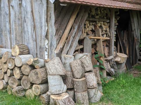 Holz für den Backofen im Backhaus