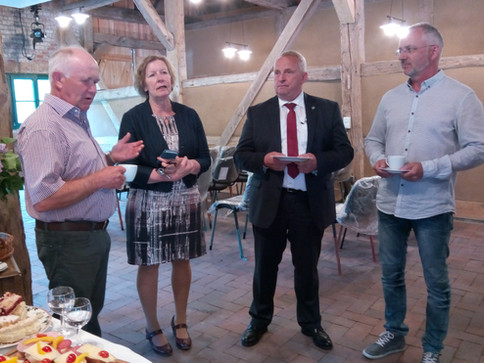 Minister Backhaus und Landtagsabgeordnete M. Tegtmeier überreichen den Fördermittelbescheid