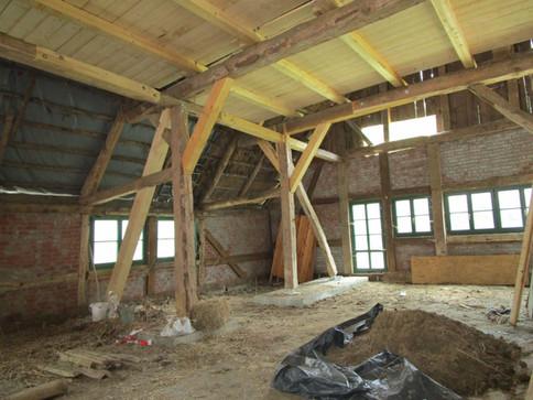 Neue Balken und Beton für eine sichere Scheune