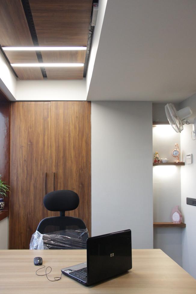 master cabin formal ceiling
