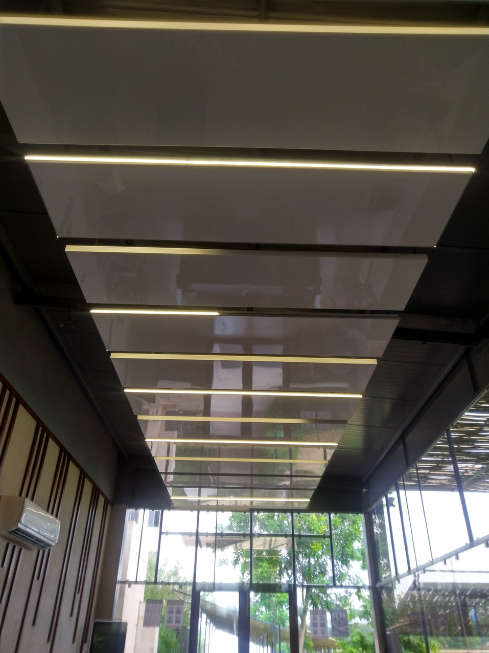 Panelled ceiling making puff panel industrial look into sofisticated reception