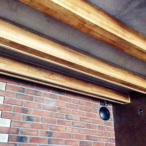 Монтаж деревянных балок на потолок