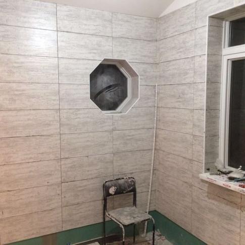 Укладка керамогранита на стены
