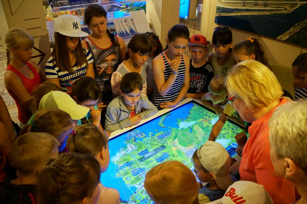 Дети вокруг интерактивного стола